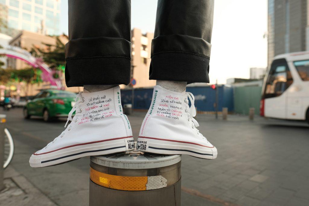 """Mượn giày Converse để trả lời cho câu hỏi """"Như thế nào là con gái?"""" 4"""