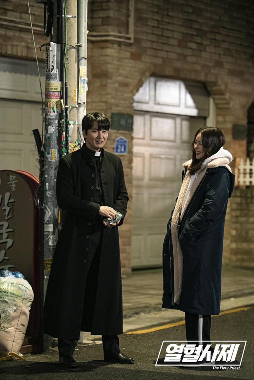thời trang trong phim linh mục nhiệt huyết add