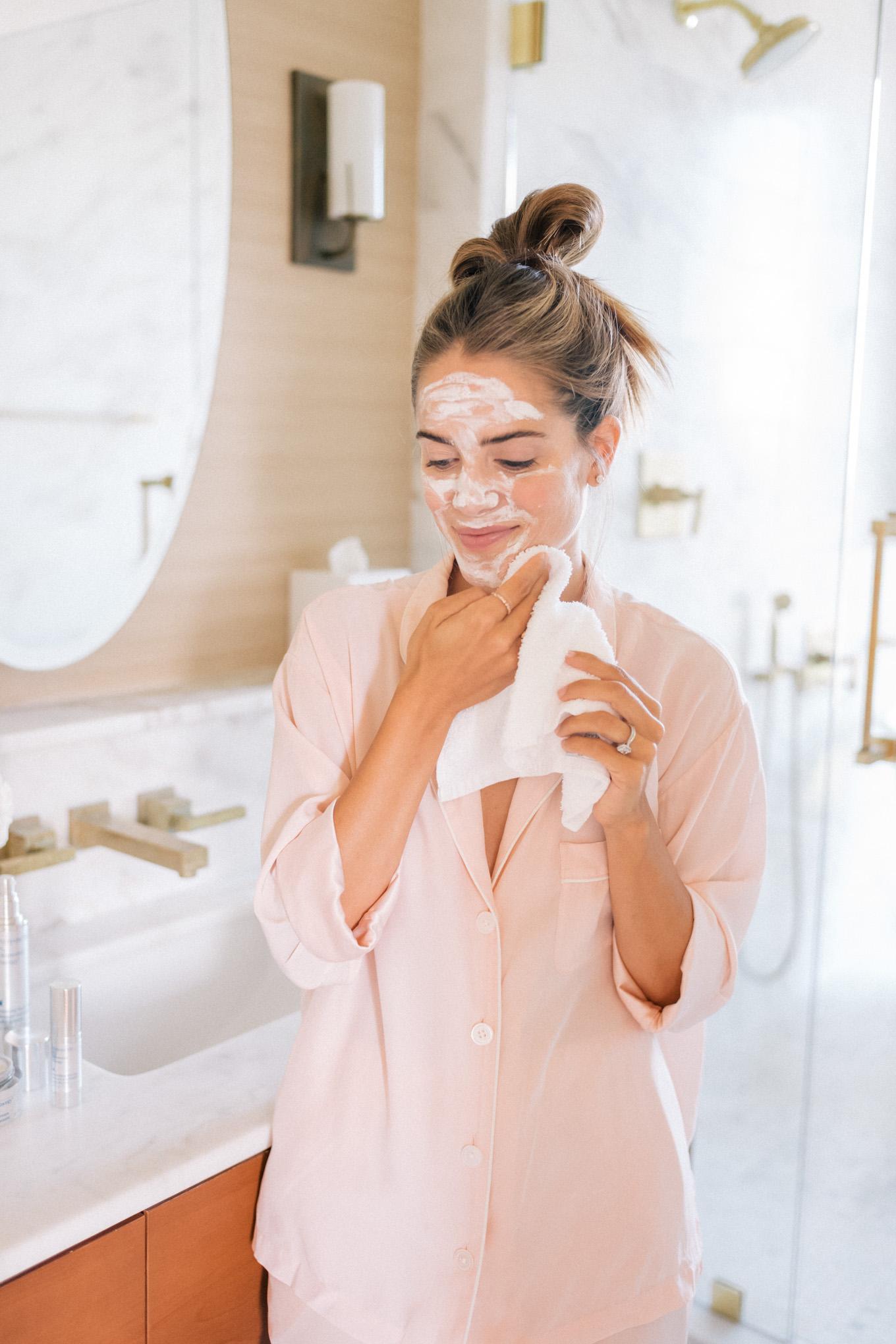 Rửa mặt Double Clean là cách chăm sóc da mụn hữu hiệu bởi nó sẽ loại bỏ vi khuẩn trên da.