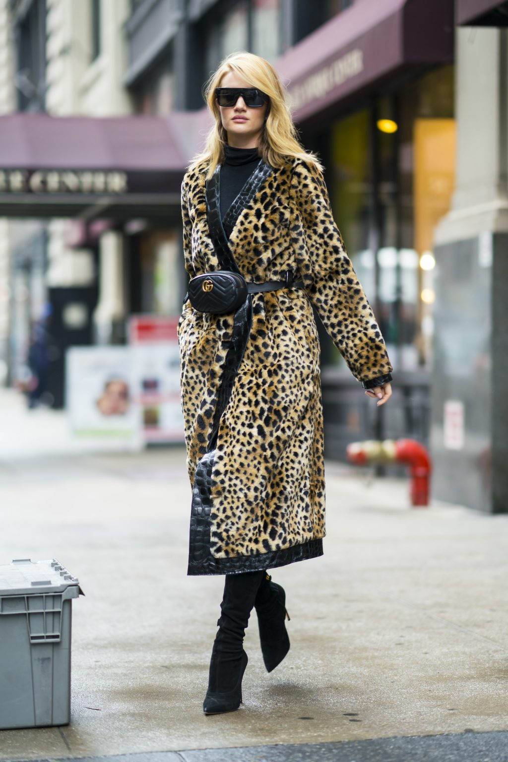 Bắt kịp xu hướng thời trang túi xách siêu nhỏ cùng dàn fashionista thế giới 15