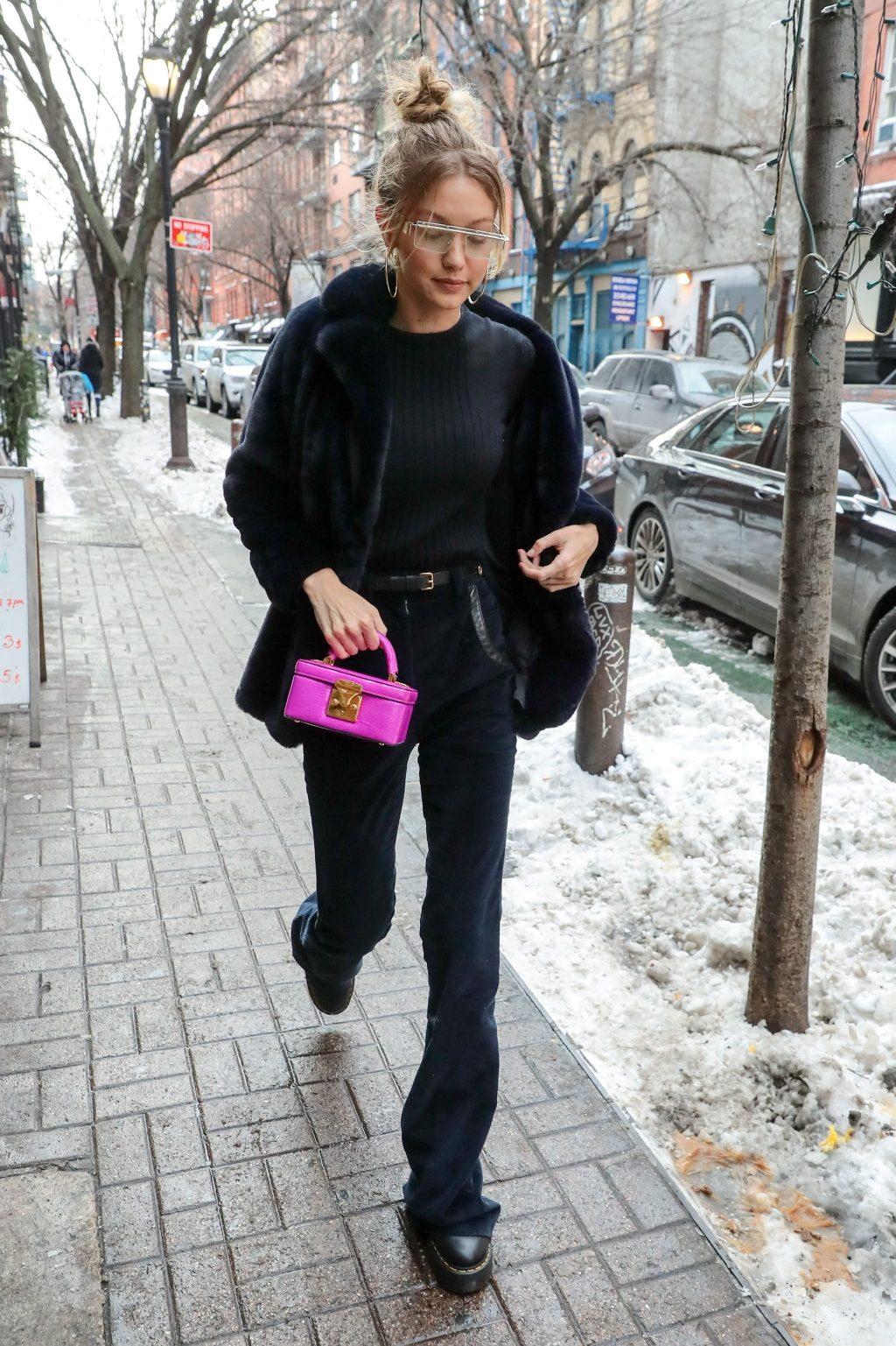 Bắt kịp xu hướng thời trang túi xách siêu nhỏ cùng dàn fashionista thế giới 4