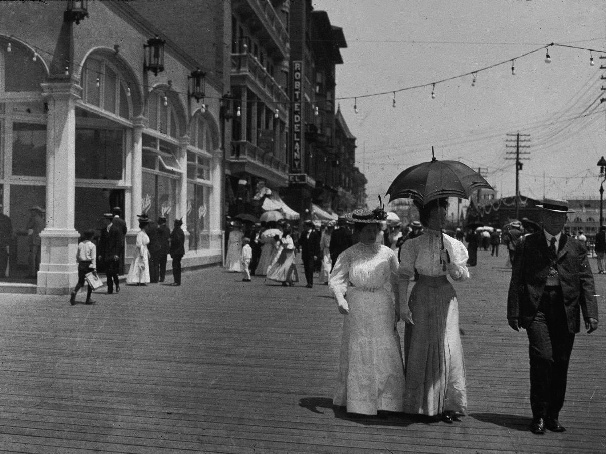 Khách du lịch đi bộ dọc bờ biển và mua sắm ở đảo Coney, Brooklyn, New York năm 1897