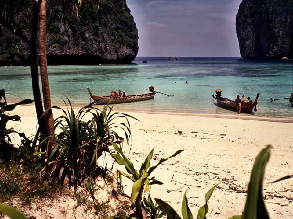 Những chiếc thuyền đánh cá bên bãi cát trắng lấp lánh ở vịnh Maya, Koh Phi Phi, miền Nam Thái Lan