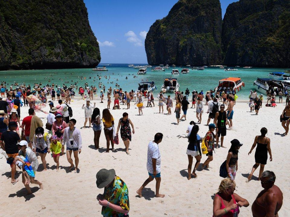 Đám đông du khách tại vịnh Maya, Koh Phi Phi, miền Nam Thái Lan