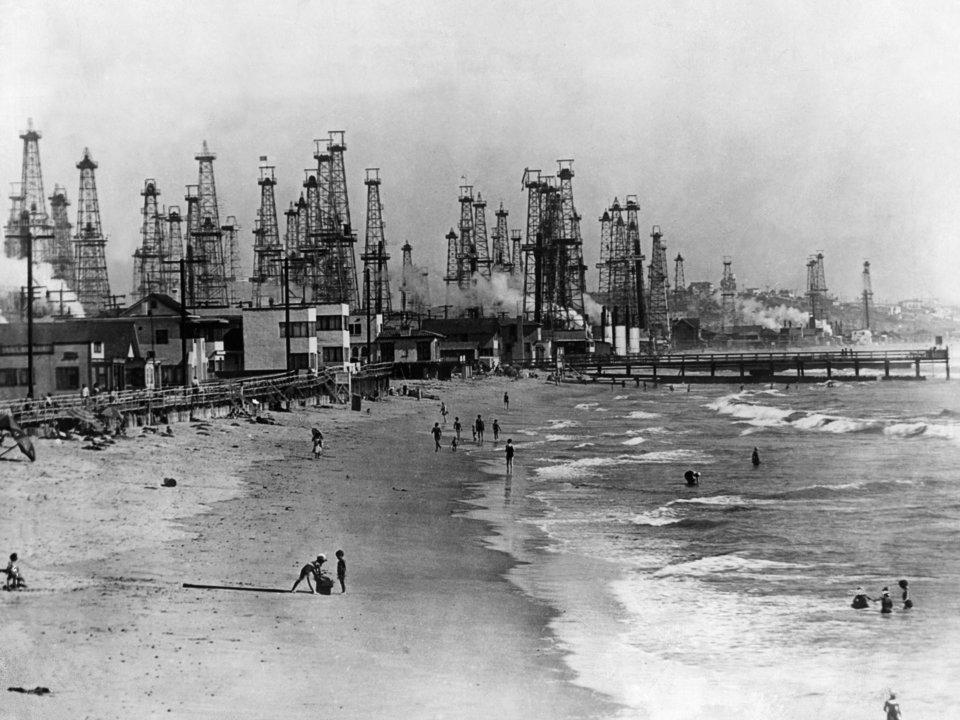 Các giếng dầu tại bãi biển Venice năm 1931
