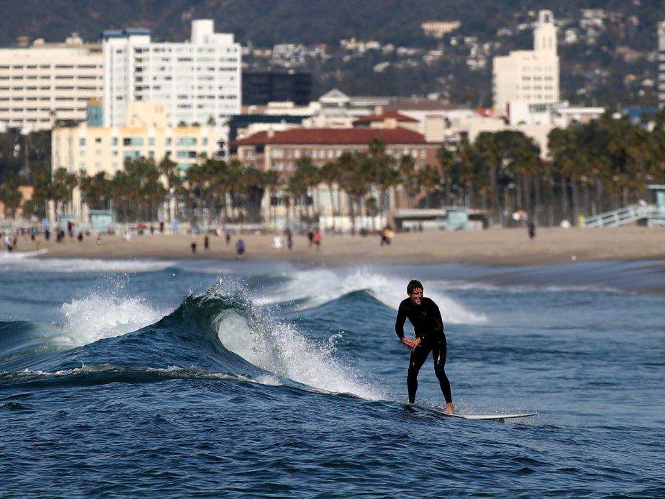 Một người cưỡi trên những con sóng tại biển Venice, Los Angeles