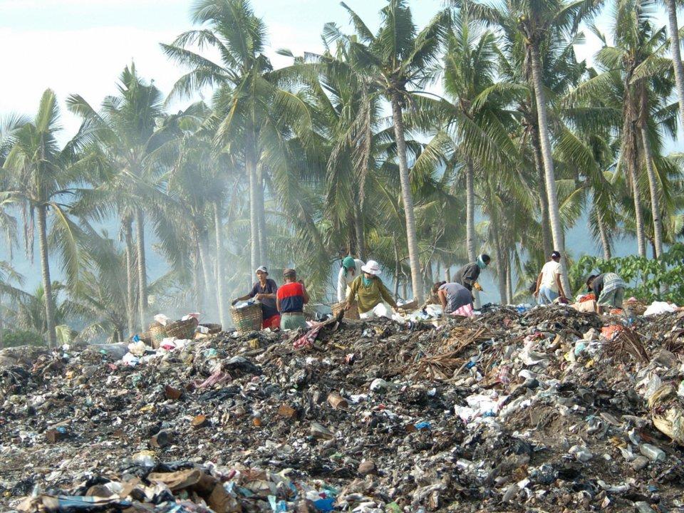 Những người nhặt rác đang làm việc giữa hàng núi rác thải