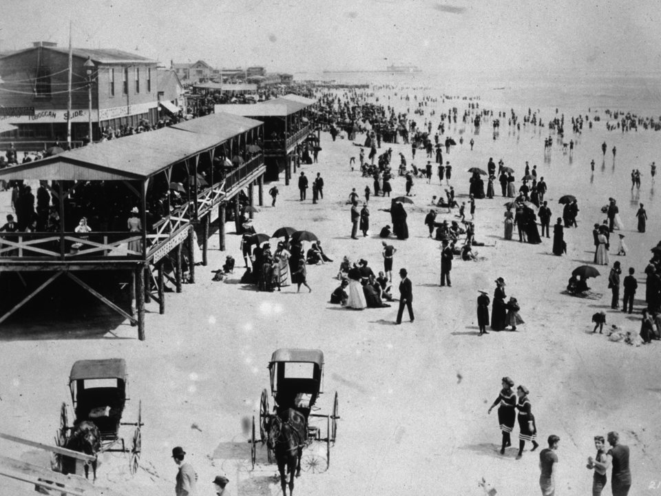 Đám đông trên bãi biển thành phố Atlantic