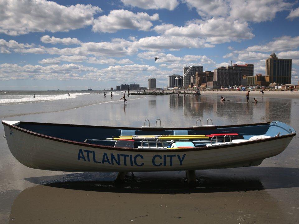 Chiếc tàu cứu hộ nằm trên bãi biển nổi tiếng