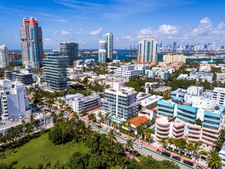 Đường chân trời của bãi biển Miami đặc kín các căn hộ và khách sạn