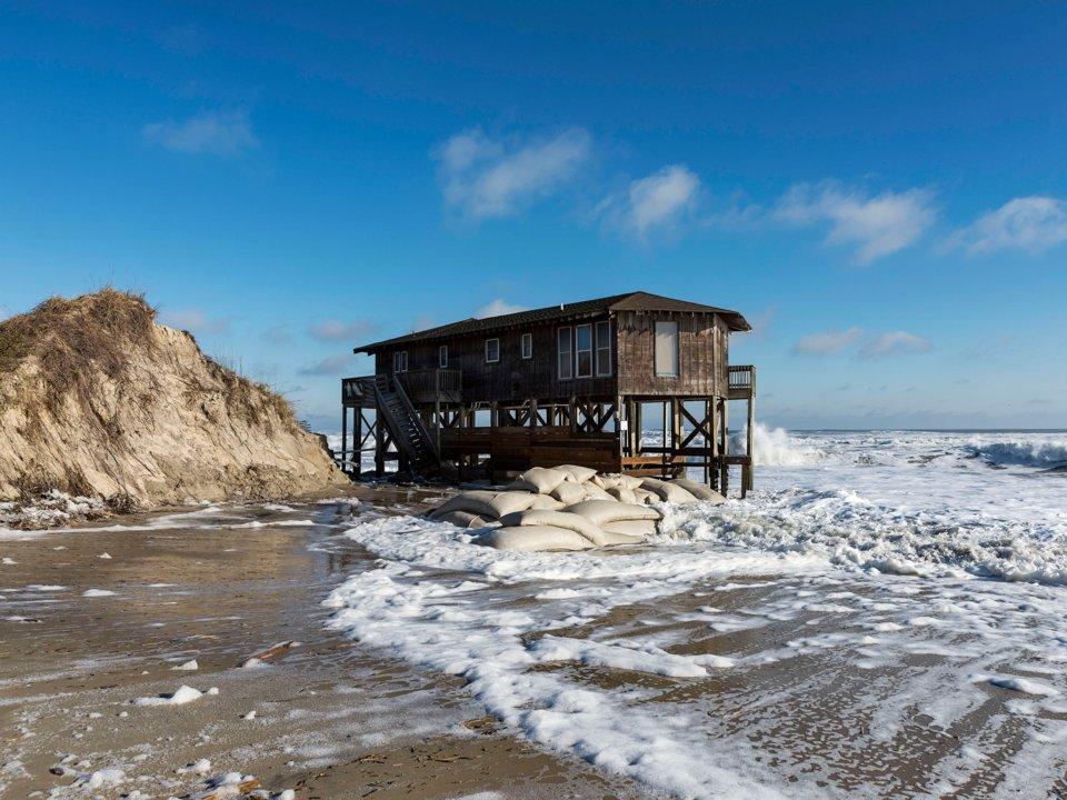Một ngôi nhà trên bãi biển bị thủy triều bao vây năm 2016