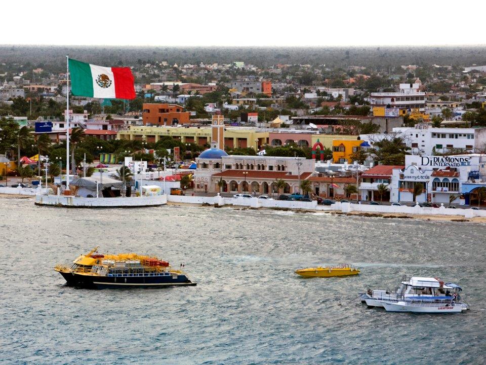 Tàu thuyền liên tục cập bến và khởi hành từ cảng Cozumel