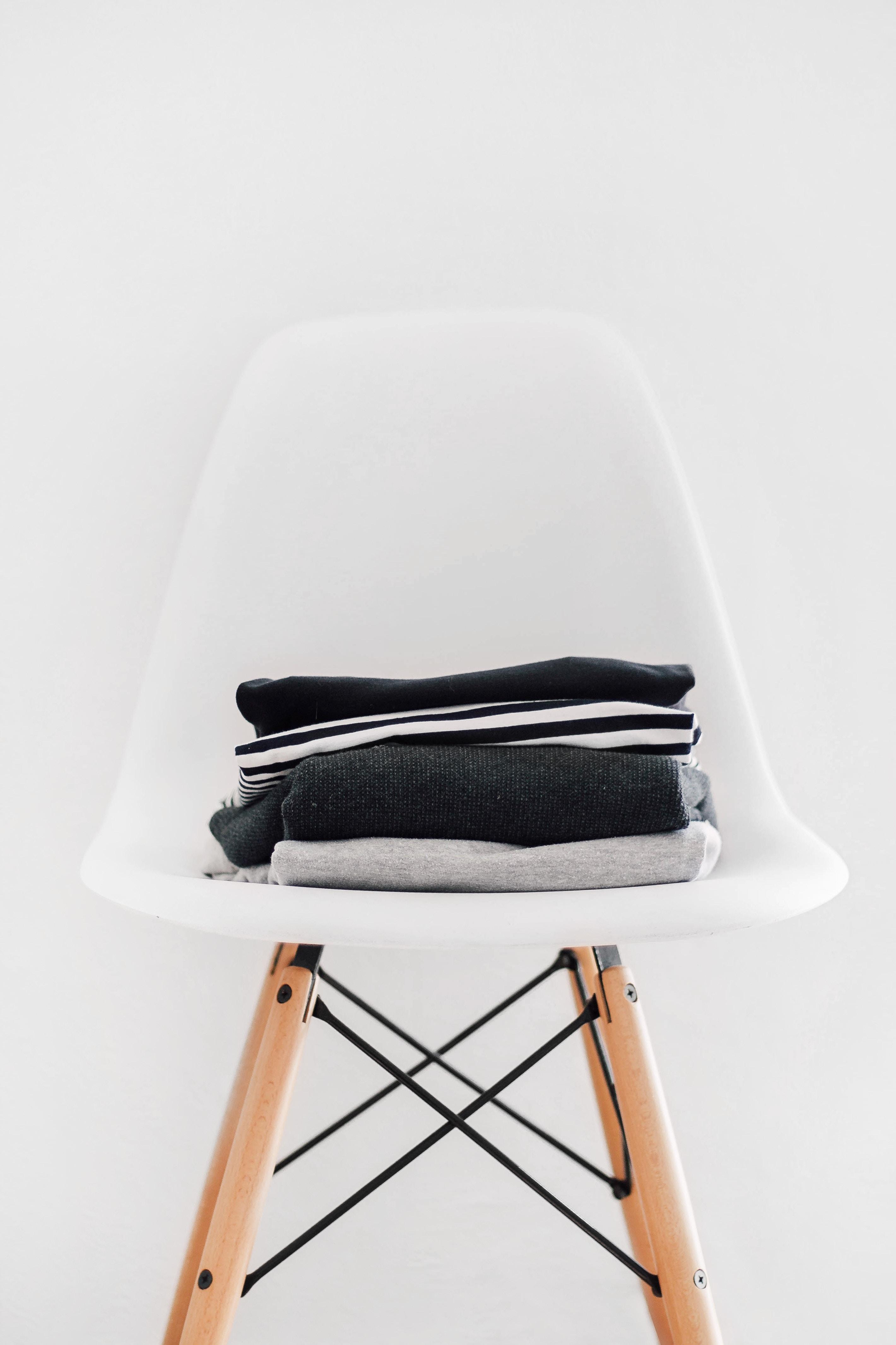 gấp quần áo để trên ghế