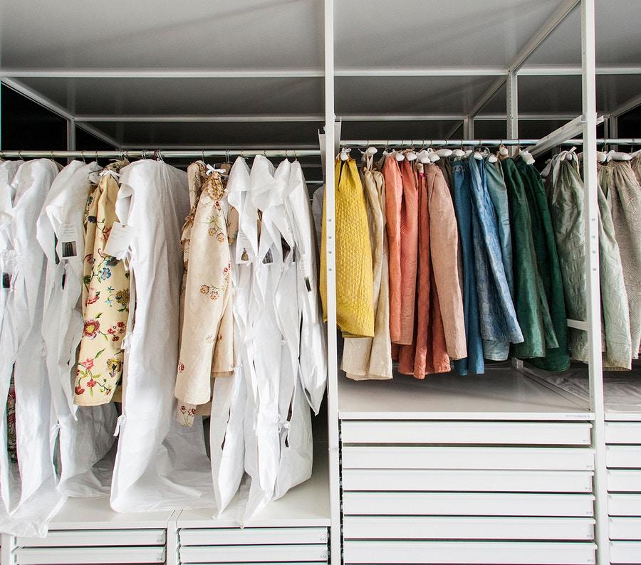 bảo quản quần áo trong giấy trong tủ đồ