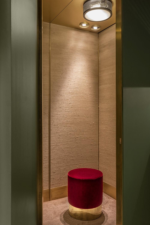 ánh sáng phòng thay đồ có ghế đỏ