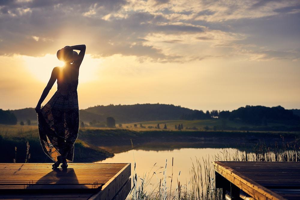 cô gái đứng trước hồ nước