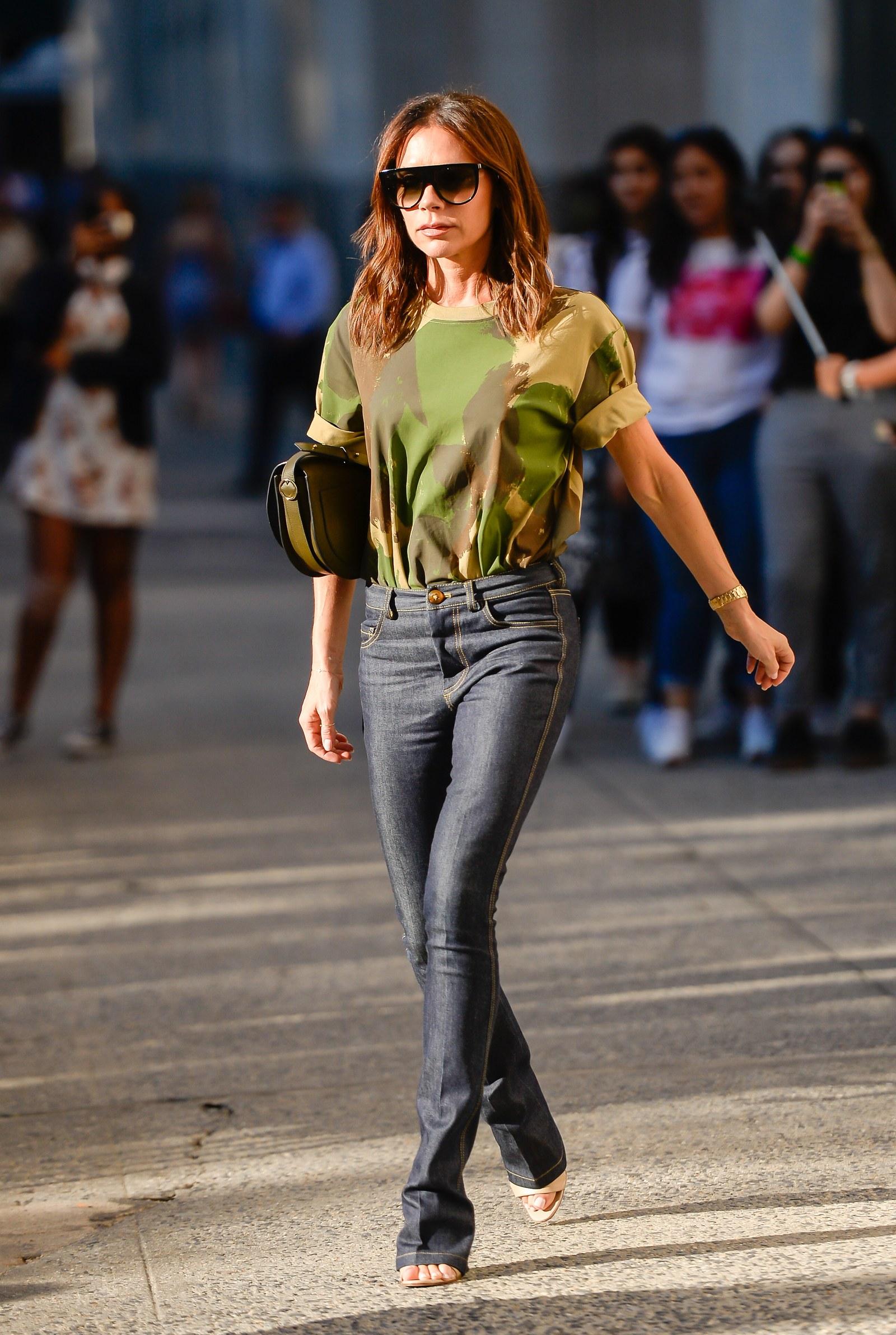 xu hướng thời trang jeans cạp trễ victoria beckham