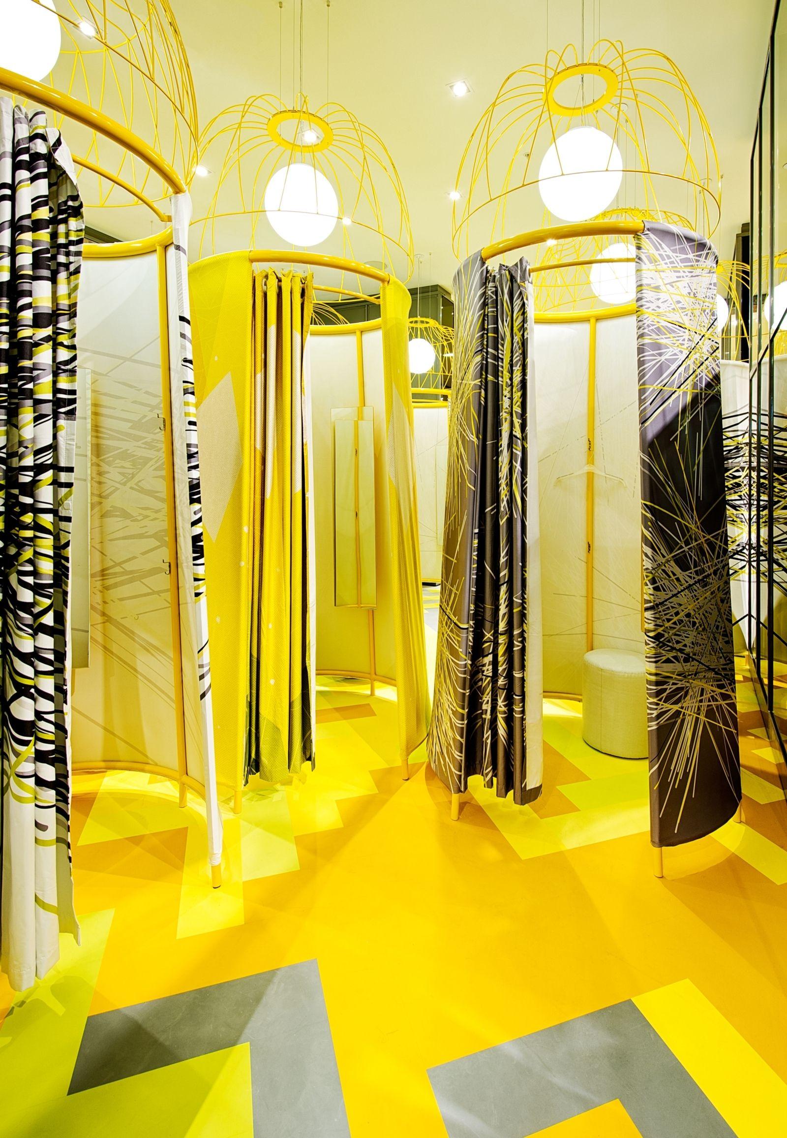 phòng thay đồ màu vàng có gương