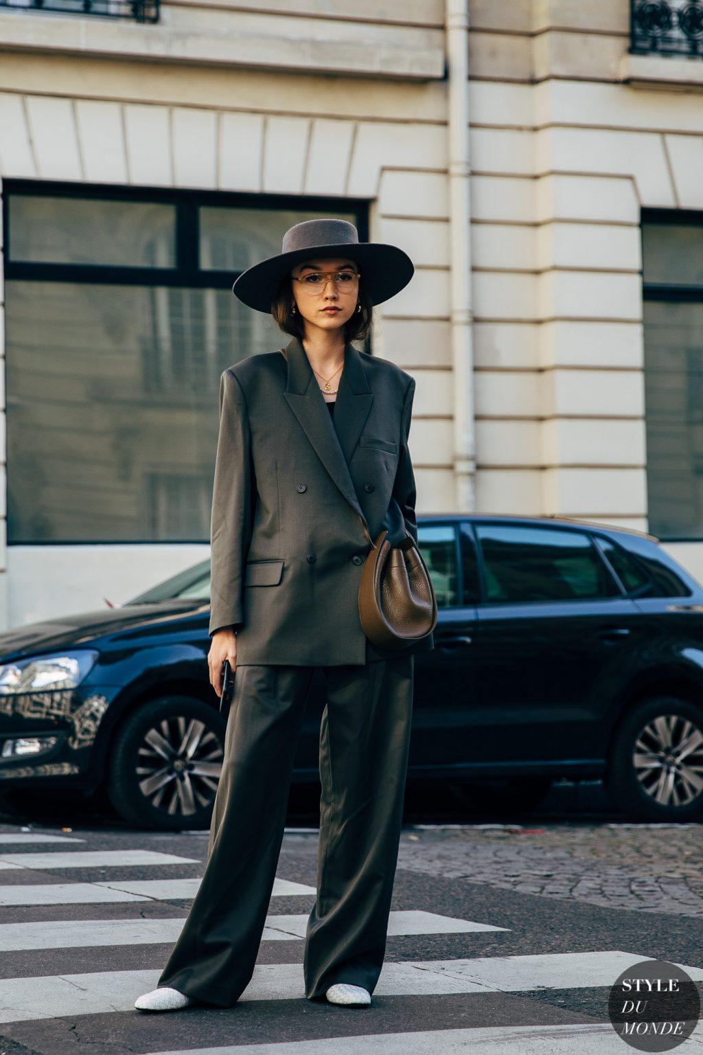 fashionista diện kính phi công aviator, mũ rộng vành đen