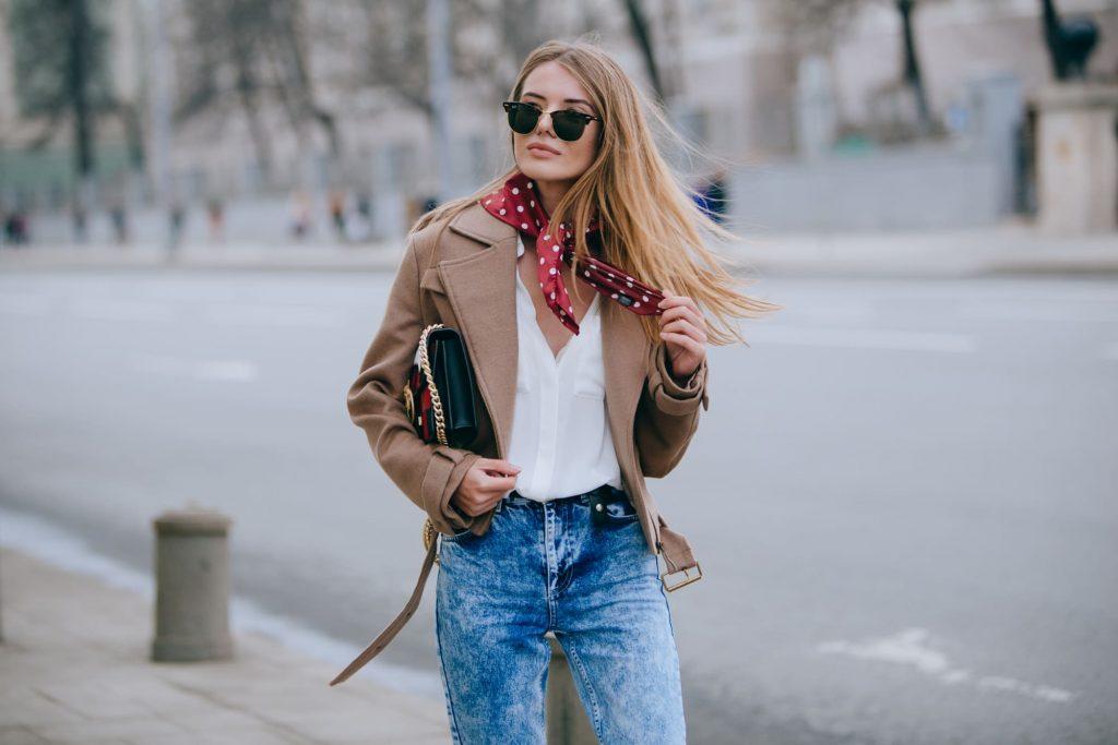 fashionista diện áo khoác thuộc da màu nâu, sơmi trắng, quần jeans