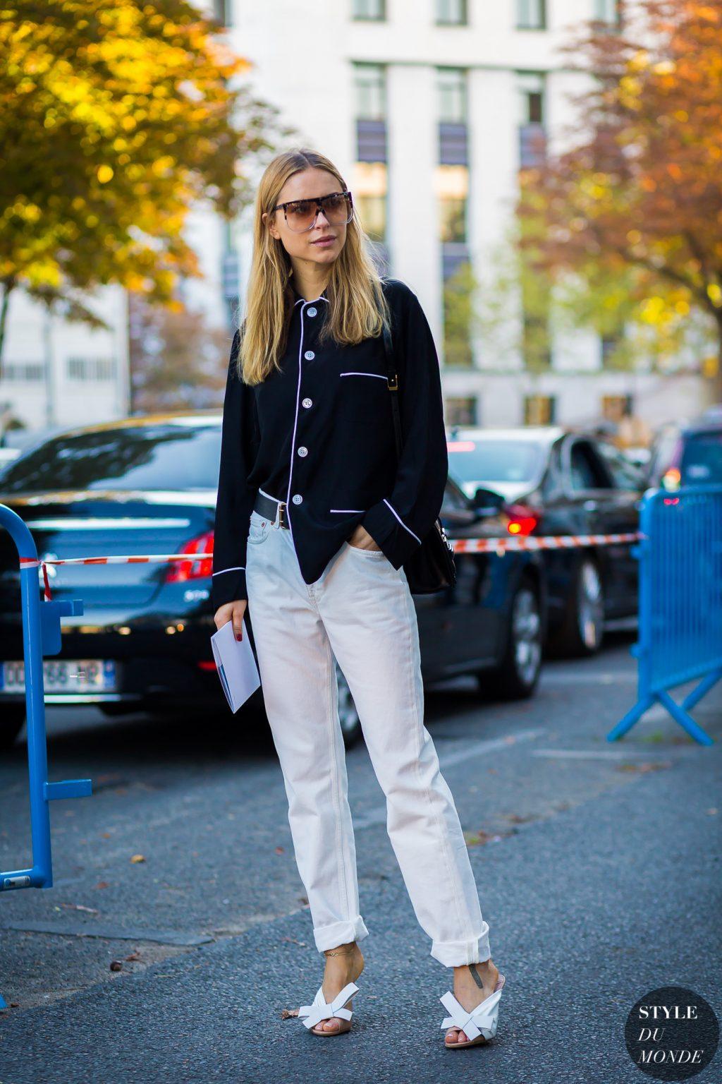 fashionista diện sơmi đen, quần jeans trắng và kính oversized
