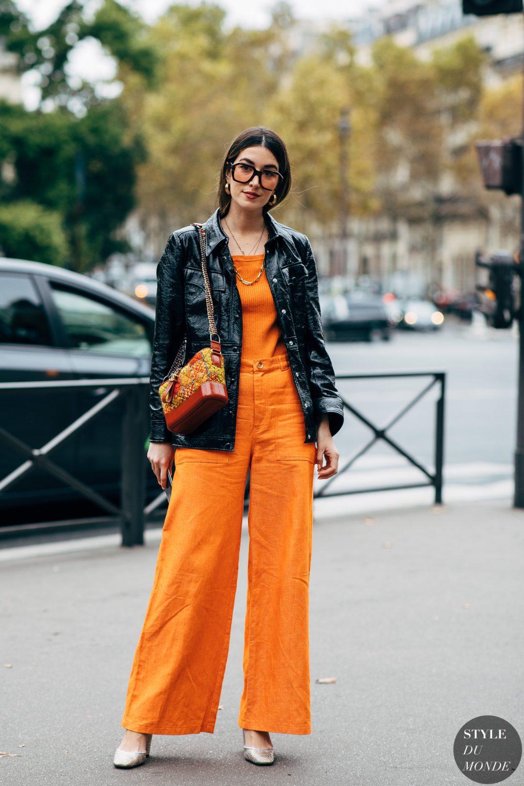 fashionista diện jumpsuit và kính mát mùa Hè màu cam