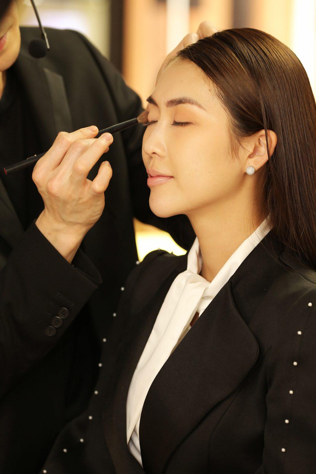 Người mẫu được Bali trang điểm mắt với tông màu nâu nhạt trong bảng màu Skin Deep Eyeshadow Palette, nhẹ nhàng, tự nhiên và quyến rũ.