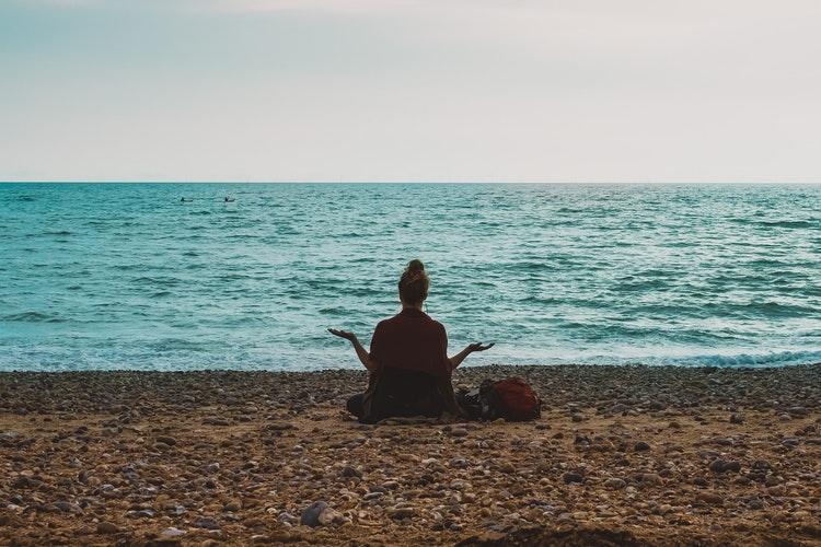 nghỉ ngơi trước biển
