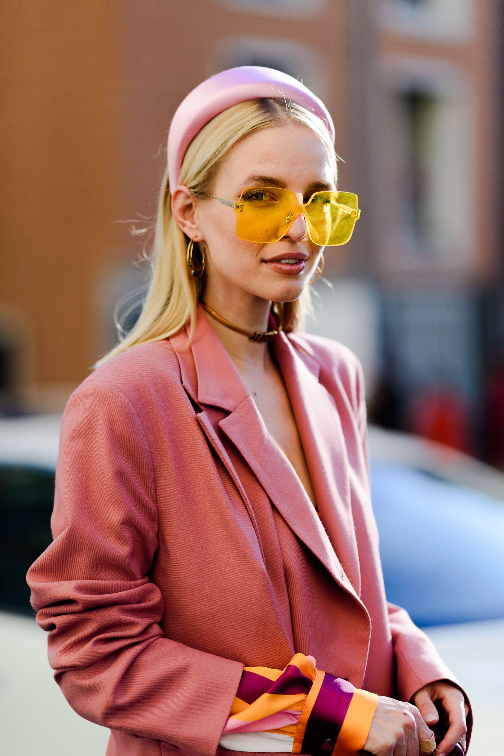 fashionista diện trang phục màu hồng và kính mát mùa Hè màu vàng