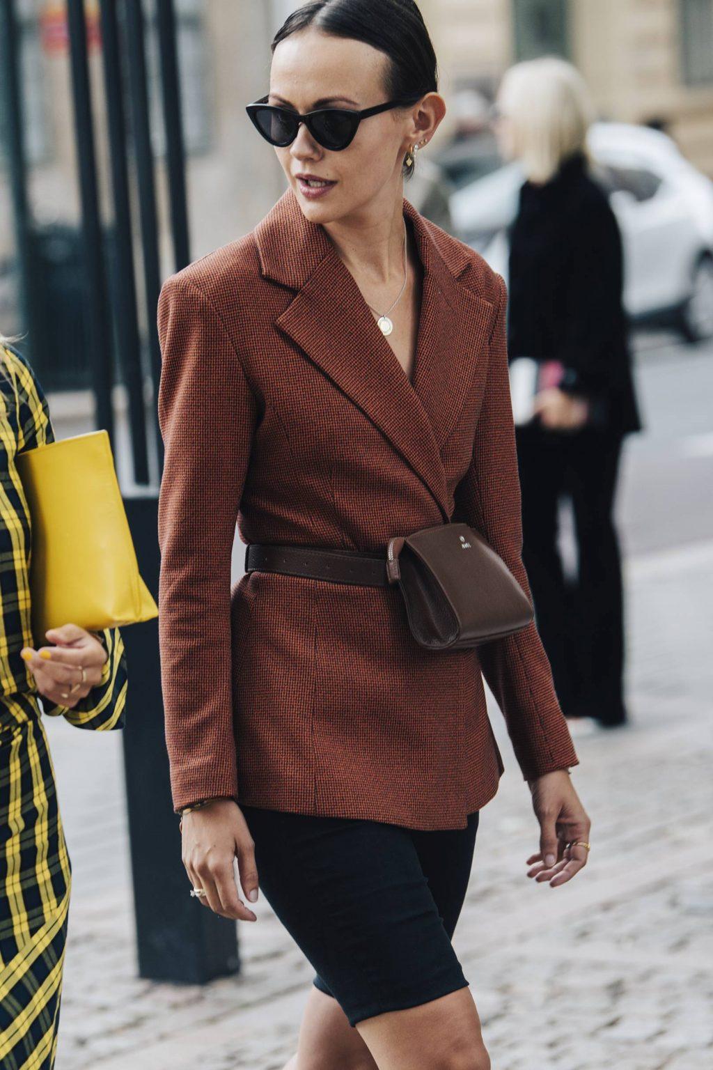 trang phục đồng bộ với áo blazer nâu, quần shorts đạp xe và túi nâu