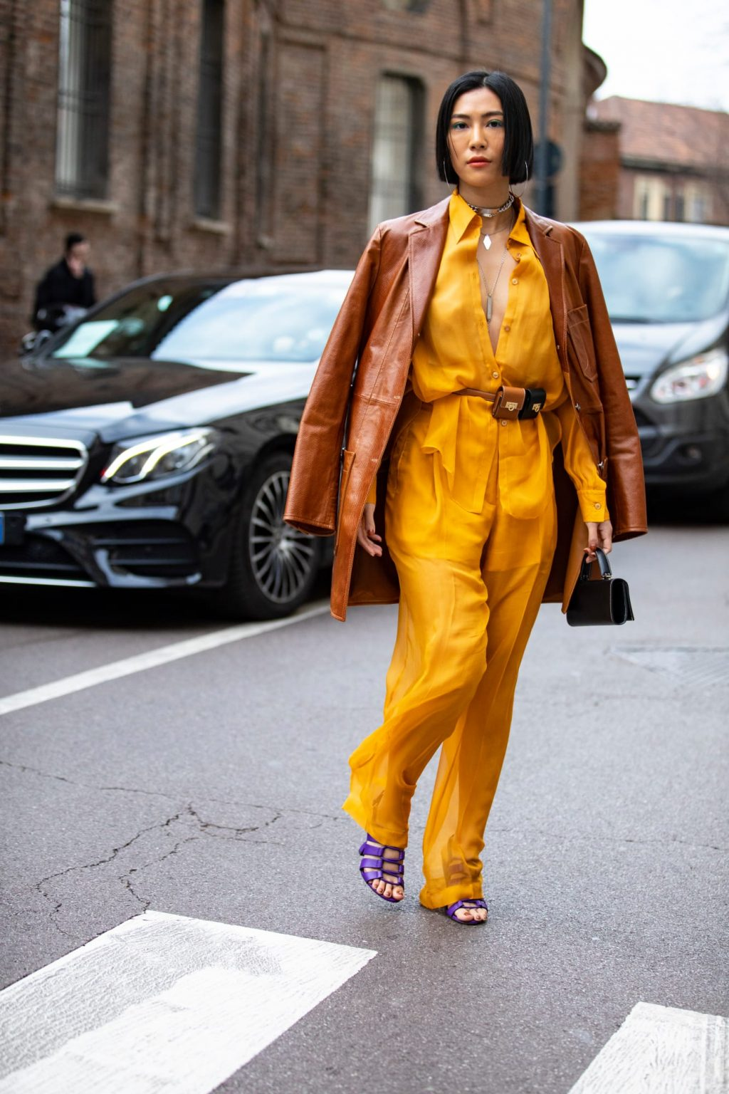 thời trang công sở nổi bật với suit màu vàng và belt bag sinh đôi
