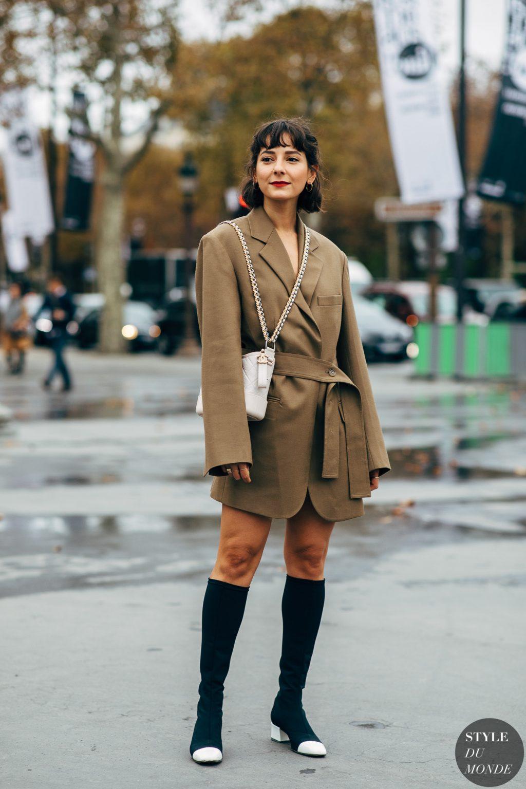 thời trang công sở cá tính với blazer màu nâu và bốt cao quá gối