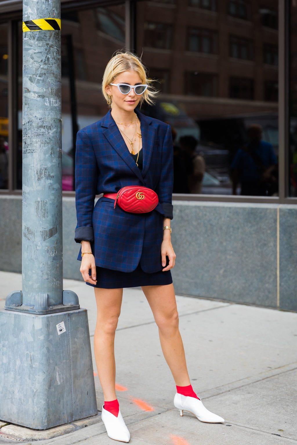 áo blazer kẻ ô màu xanh cobalt, chân váy mini và belt bag Gucci màu đỏ
