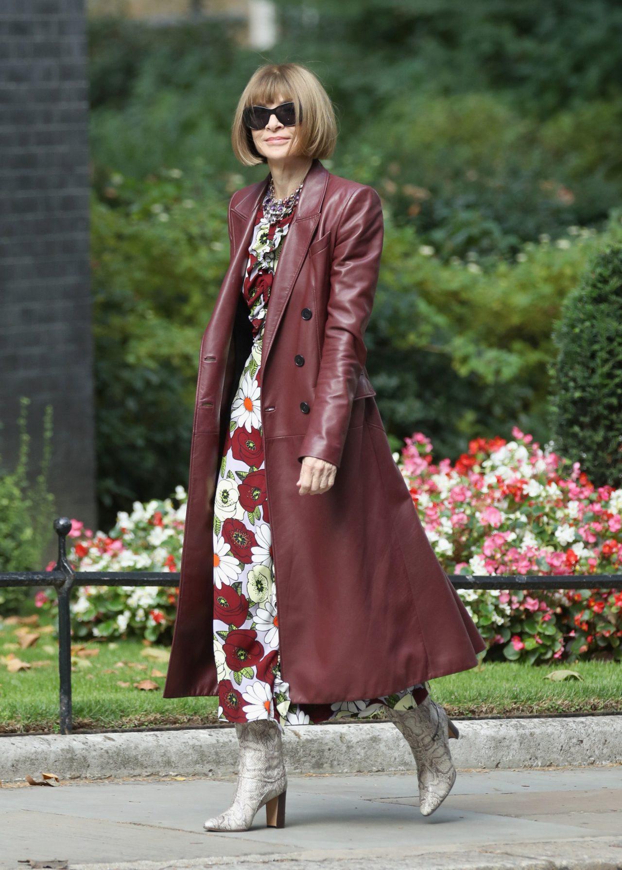 phong cách thời trang của anna wintour - áo khoác dáng dài màu đỏ và kính mắt đen
