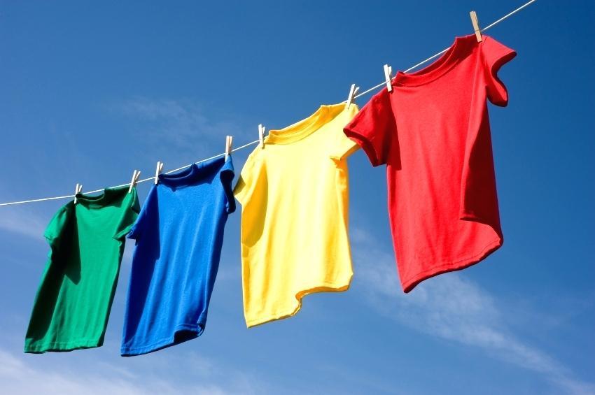 phơi áo nhiều màu sắc ngoài trời