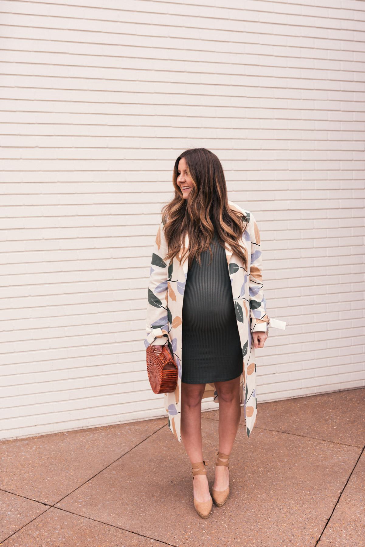 đầm bầu và áo khoác dáng dài