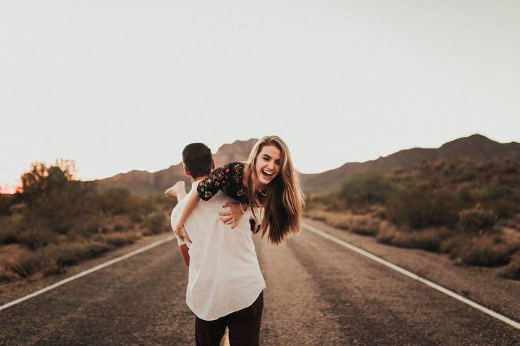 chàng trai bế cô gái trên đường