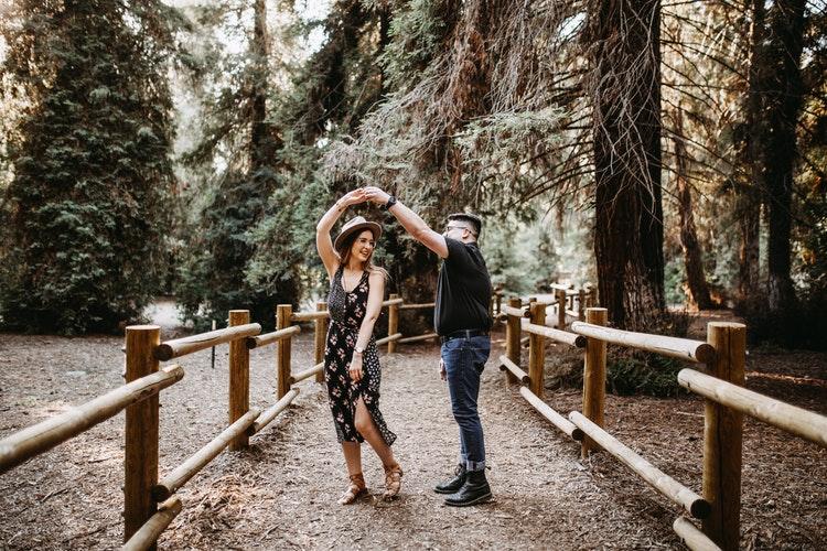 cặp đôi nhảy múa giữa rừng cây