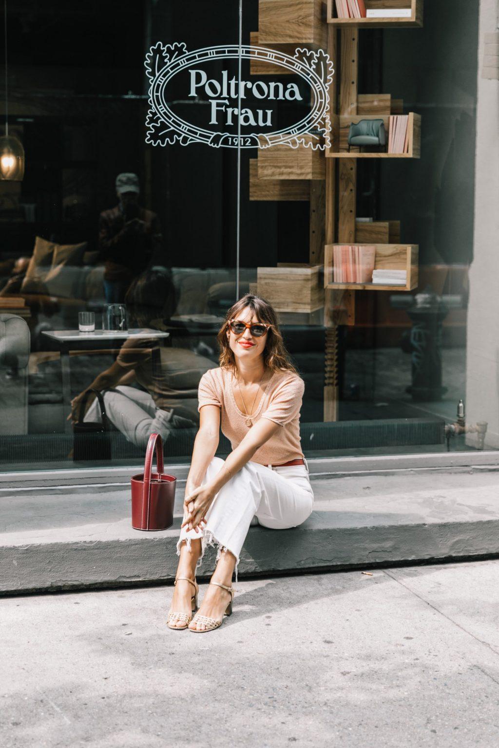 phong cách thời trang jeanne damas quần jeans trắng và áo màu be