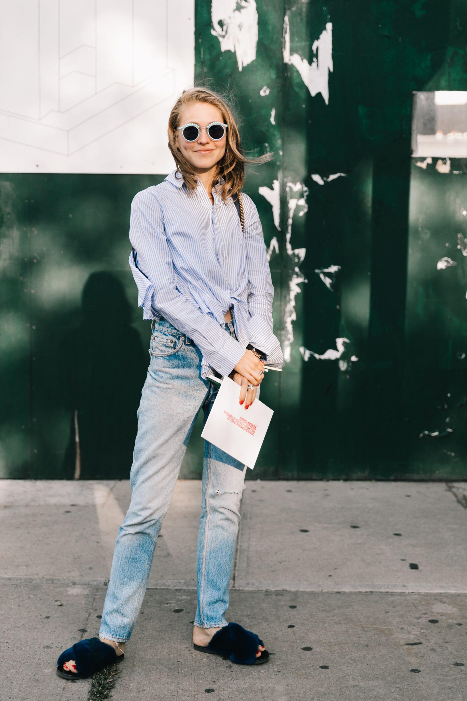 phong cách thời trang đơn giản với quần jeans và áo sơ mi