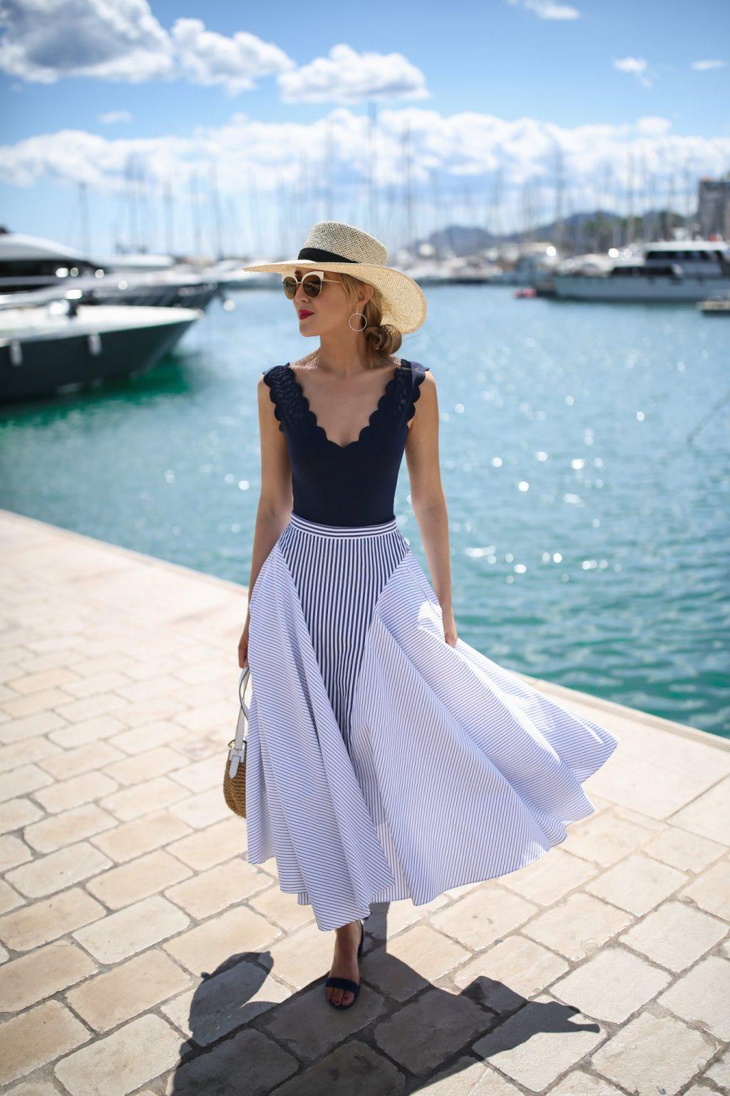 cô gái mặc chân váy và áo hai dây màu xanh