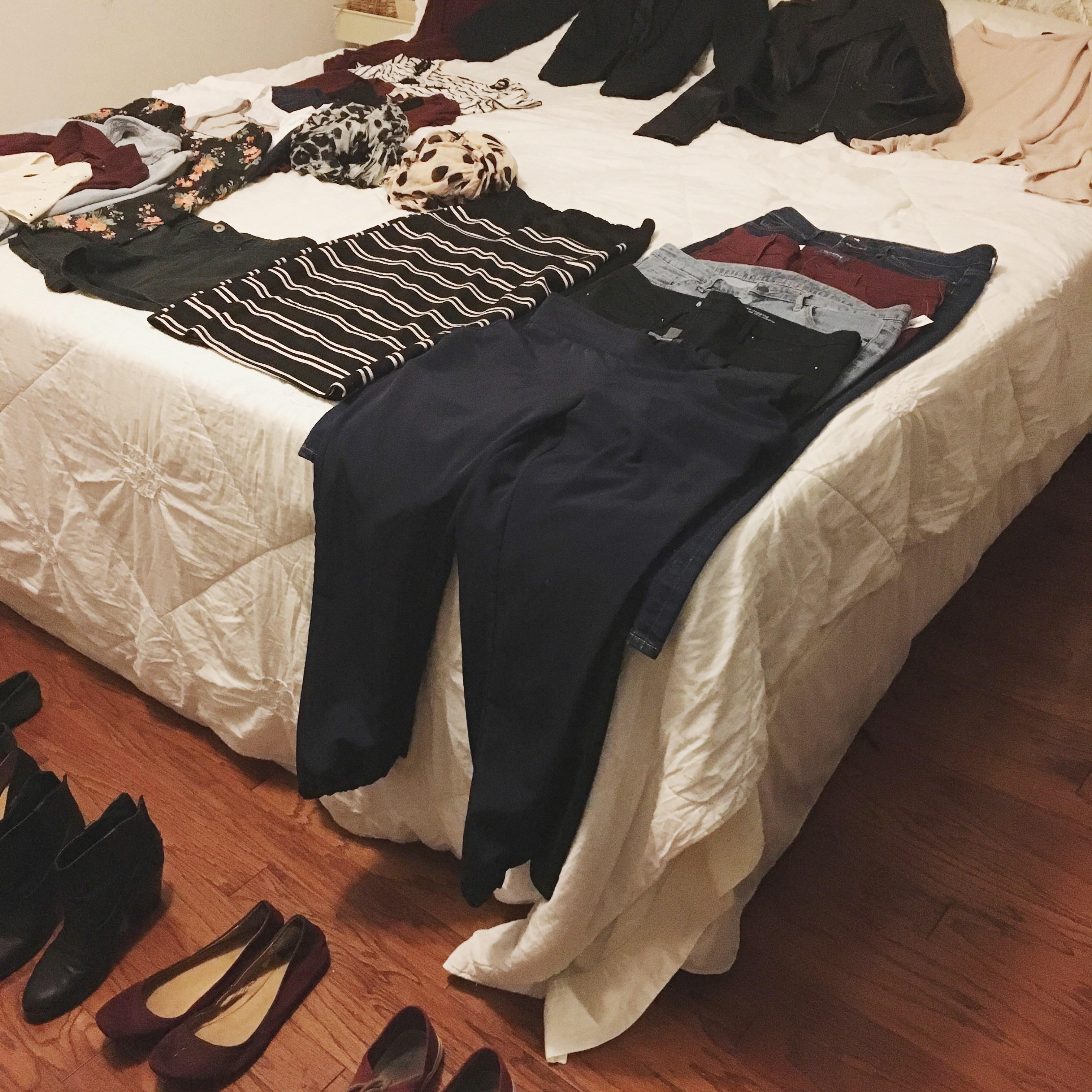 quần áo bày trên giường