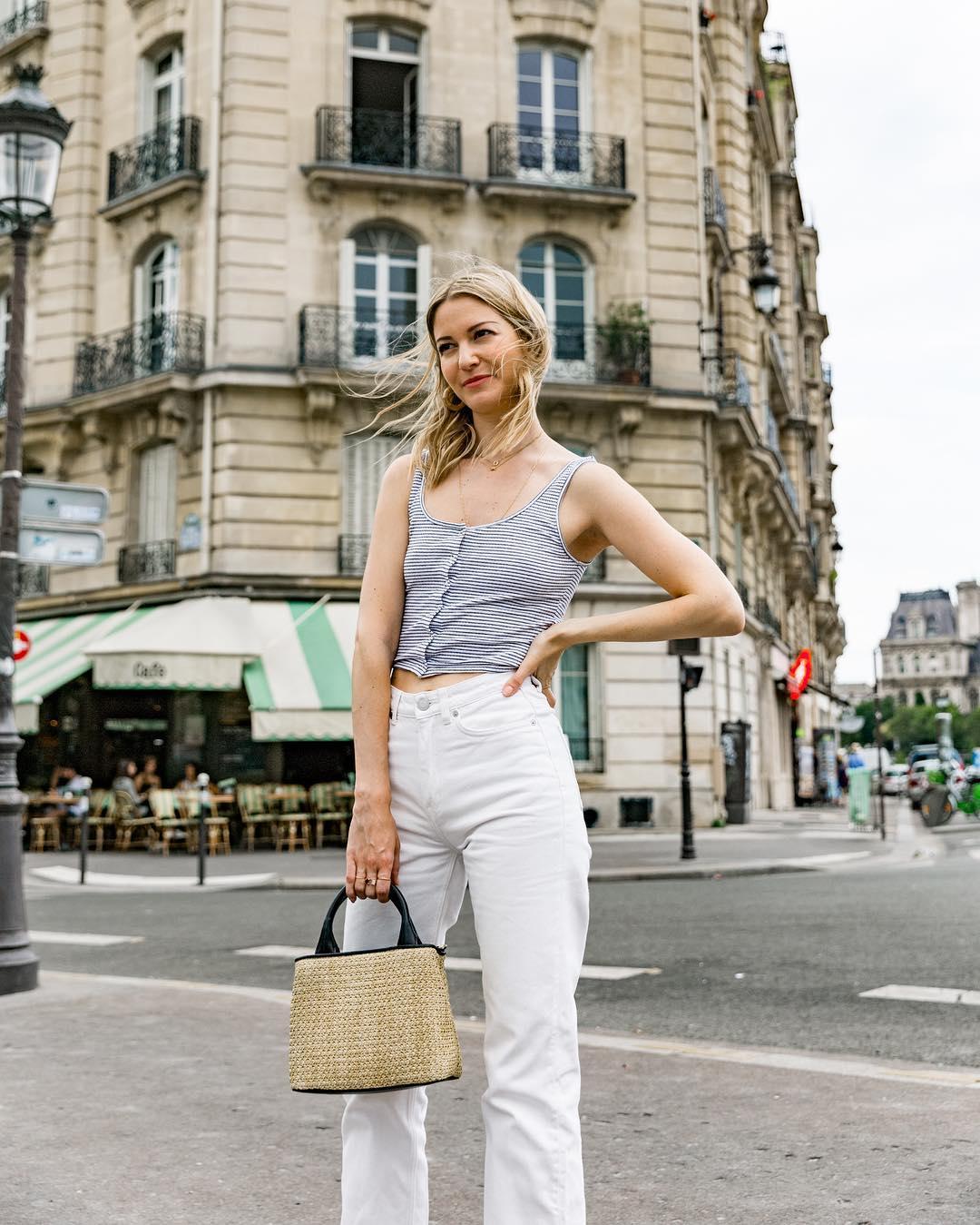 quần jeans trắng và áo ba lỗ kẻ ngang