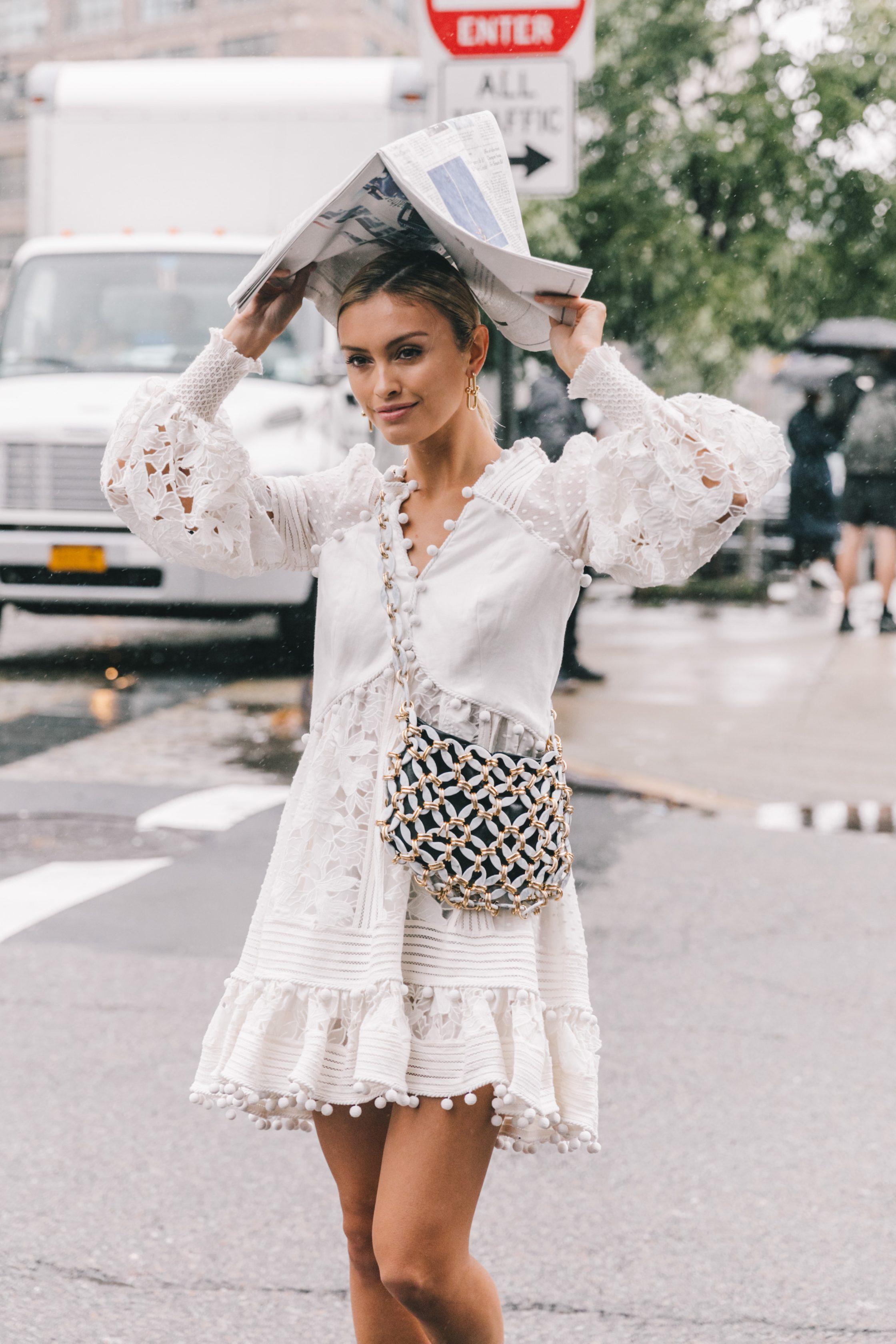 túi đeo chéo đính đá và đầm màu trắng phong cách thời trang Pháp