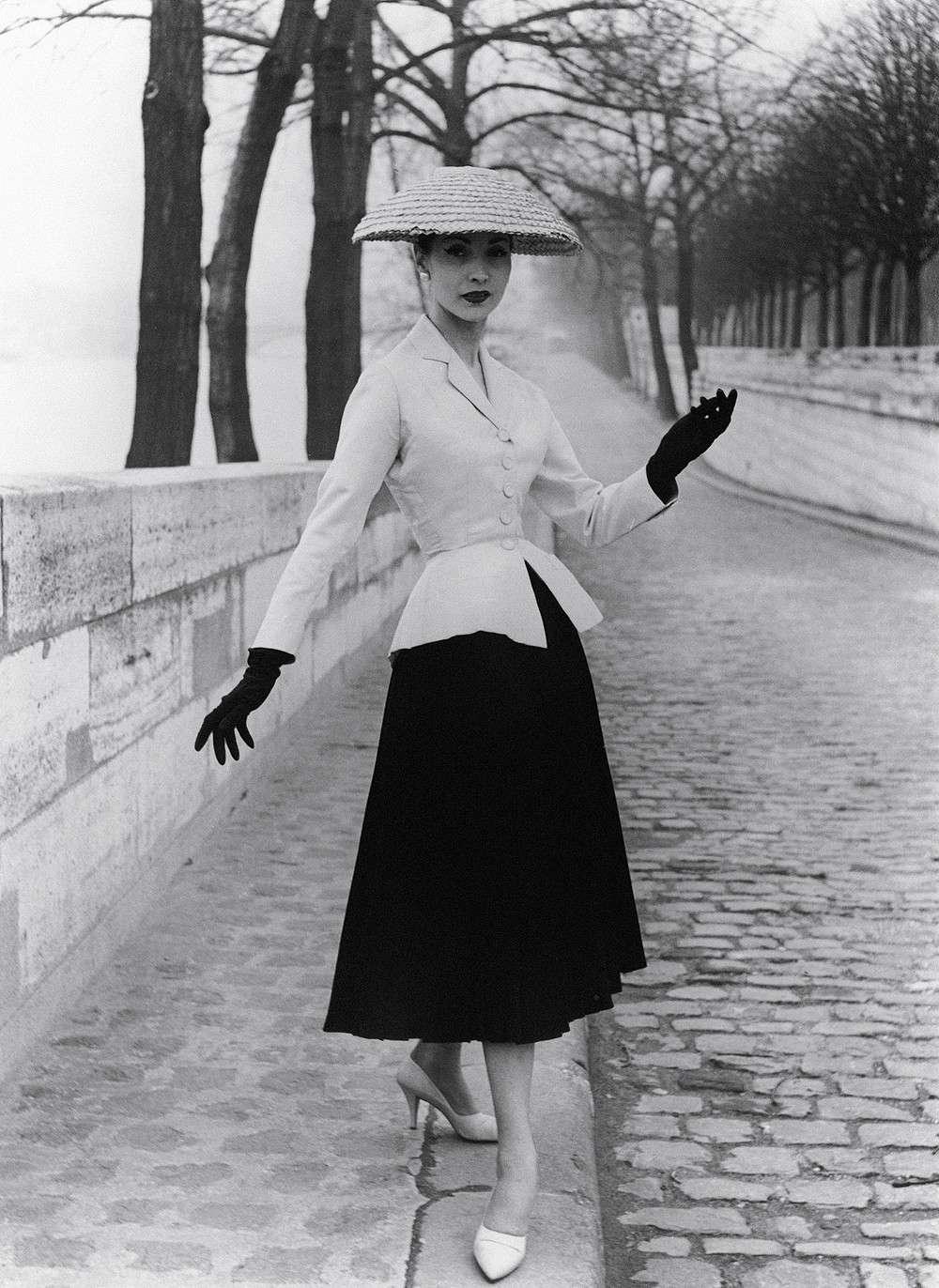 """The new look của Dior là thiết kế thời trang """"thống trị"""" thập niên 1950s."""
