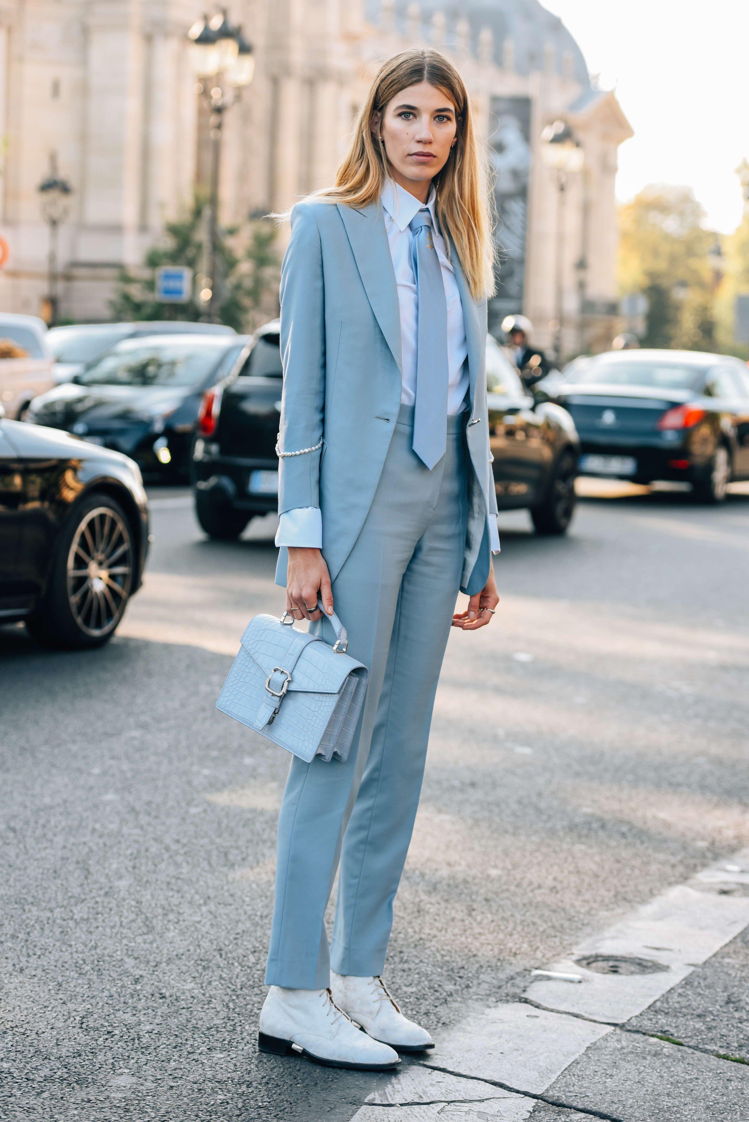 món đồ thời trang cô gái diện bộ suit và túi xách cùng tông