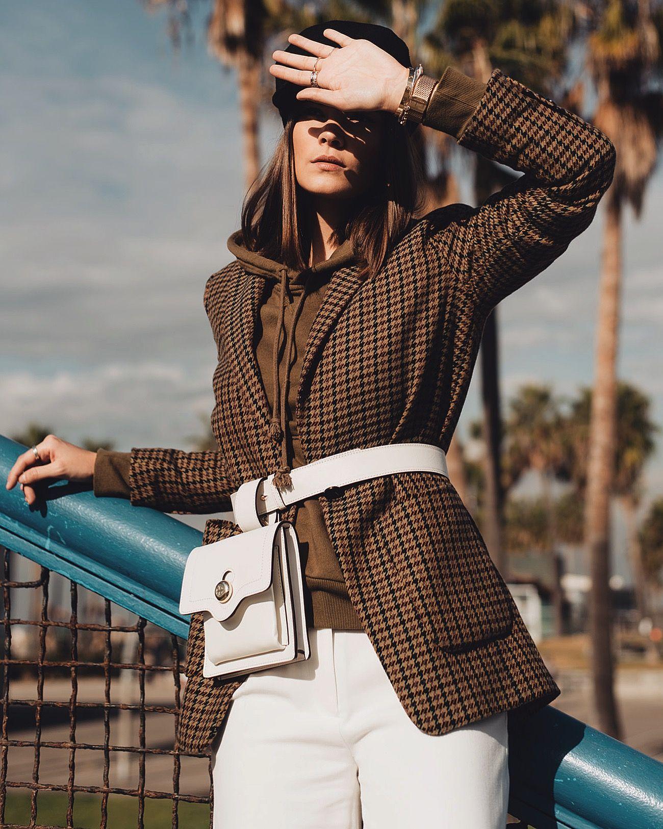món đồ thời trang cô gái mặc áo blazer kẻ ô màu nâu và belt bag trắng