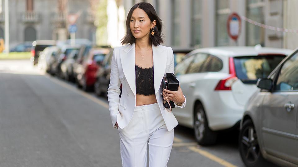 cô gái diện suit trắng và áo bralette ren đen