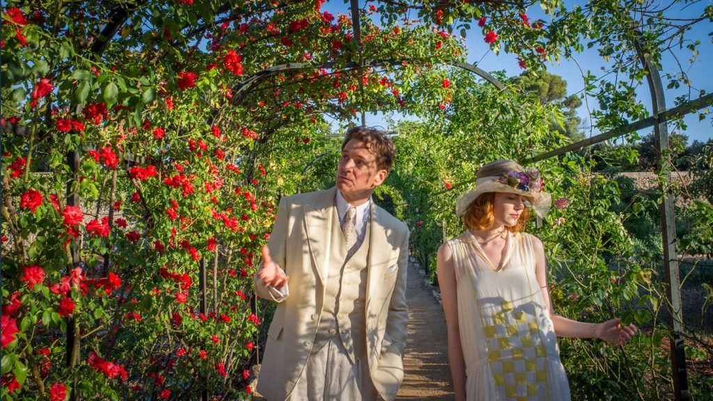phong cách flapper xuất hiện trong phim Magic in the Moonlight khi Stanley (Colin Firth) diện âu phục màu beige bên cạnh Sophie (Emma Stone) mặc đầm ngắn rộng rãi và mũ đính hoa