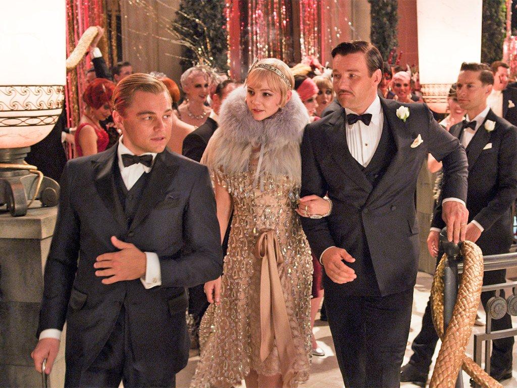 Trong phim The Great Gatsby, Gatsby (Leonardo DiCaprio) diện âu phục, Daisy (Carrey Mulligan) diện đầm metallic, khăn choàng lông vũ và băng đô cài tóc